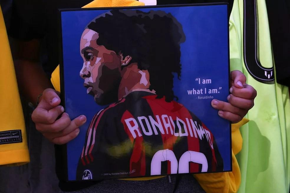 Em Beirute, fã segura placa com imagem de Ronaldinho Gaúcho, que foi país prestar homenagens às vítimas da explosão na cidade, que aconteceu em 2020 — Foto: Bilal Hussein/AP