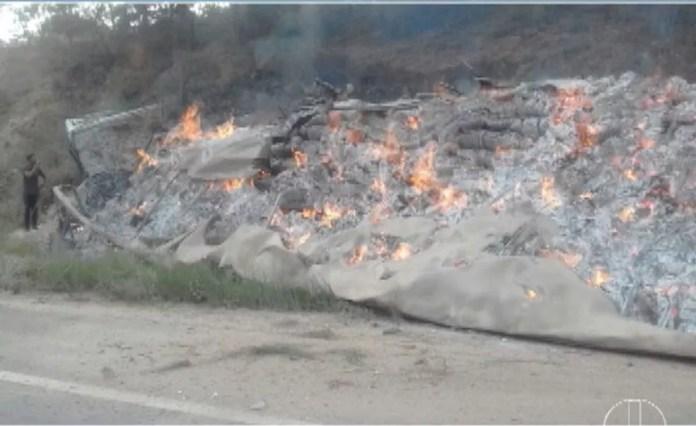 Uma carreta que transportava papelo pegou fogo (Foto: Reprodução/Inter TV)