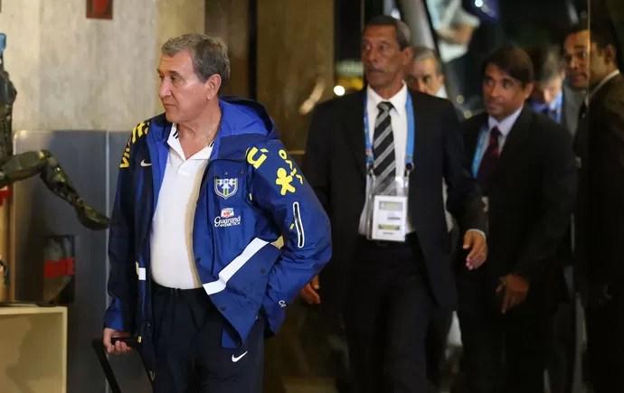 Parreira desembarque da Seleção Brasileira (Foto: Marcos Ribolli)