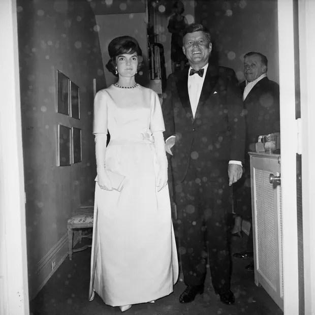 Jacqueline Kennedy de Oleg Cassini na noite anterior ao baile inaugural de JFK, em 1961. (Foto: Getty Images)