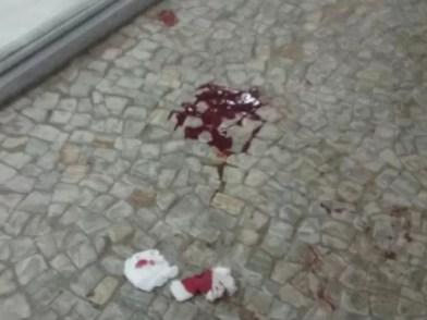 Poça de sangue na entrada do Congresso Nacional após agressão ao deputado Takayama (PSC-PR) (Foto: Fernanda Calgaro/G1)