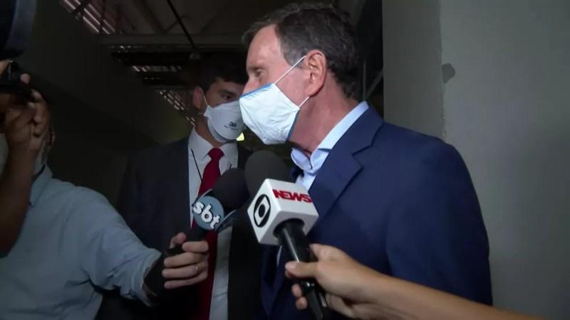O prefeito Marcelo Crivella dá entrevista após ser levado pela polícia — Foto: TV Globo/Reprodução