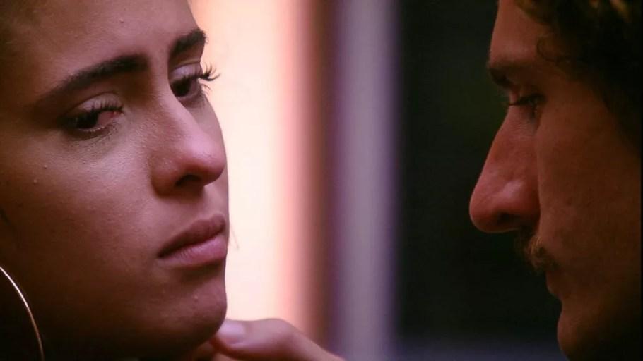 Hana chora ao falar sobre discurso de Alan — Foto: Tv Globo