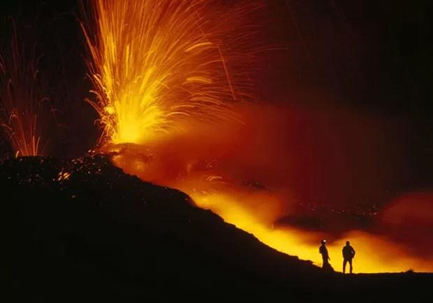 O fotógrafo acompanhou uma missão de pesquisadores ao vulcão Nyiragongo, no parque nacional de Virungo, na África central (Foto: Carsten Peter/Nat Geo Stock/Caters)