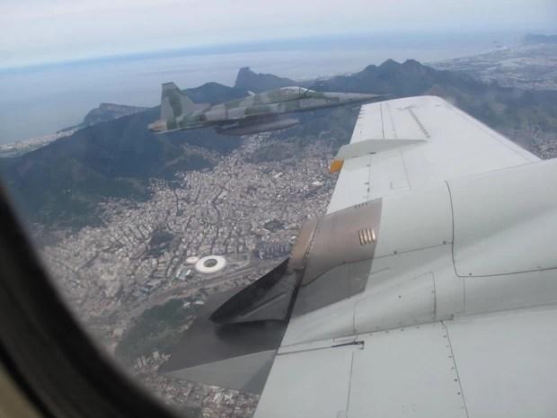 Na simulação, caças escoltam aeronave que invadiu espaço aéreo restrito até a Base Aérea de Santa Cruz (Foto: Alba Valéria Mendonça/ G1)