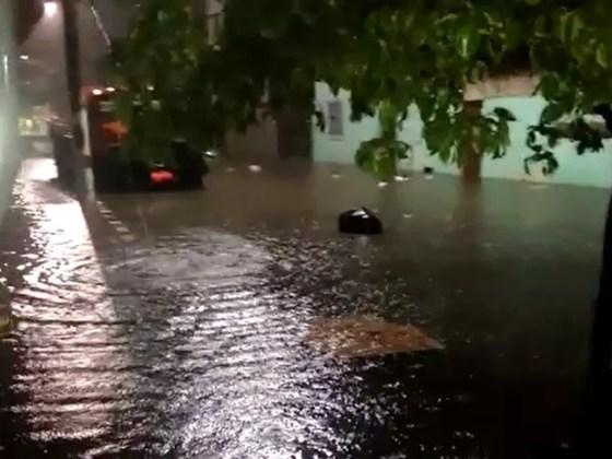 Rua Áustria, no bairro Jardim Caiçara, ficou alagada (Foto: Internauta)