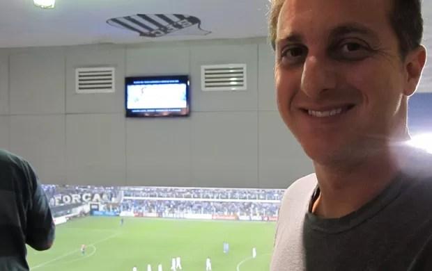 Luciano Huck na Vila Belmiro no jogo Santos x Bolívar (Foto: Lincoln Chaves / Globoesporte.com)