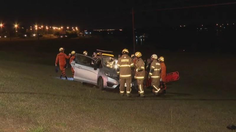 Motorista perde o controle do veículo e capota no canteiro da L4 Sul, em Brasília — Foto: Reprodução/TV Globo
