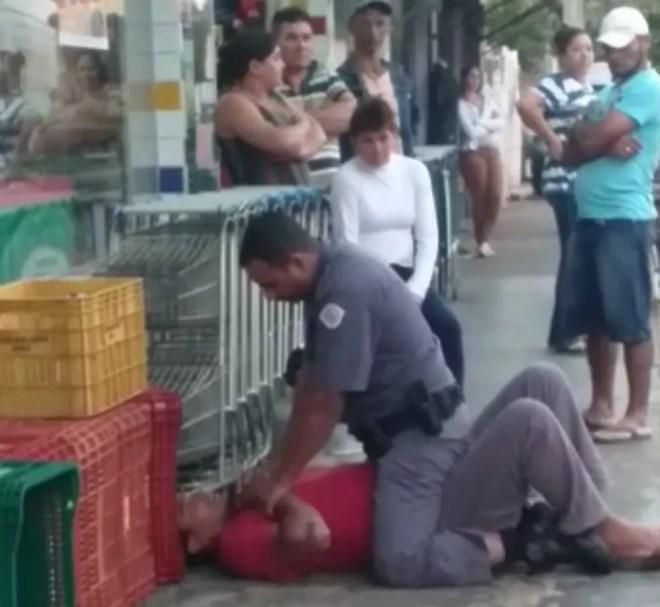 Policial conseguiu imobilizar o homem após agressões em Ibirá — Foto: Reprodução