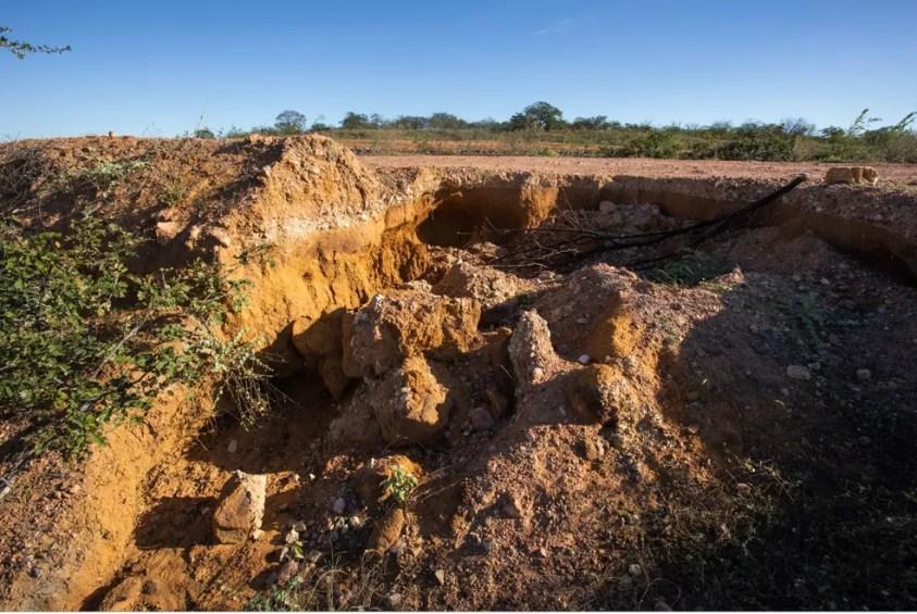 Grandes empreendimentos, como a construção de estradas e canais de irrigação, também podem provocar desertificação. — Foto: Celso Tavares/G1