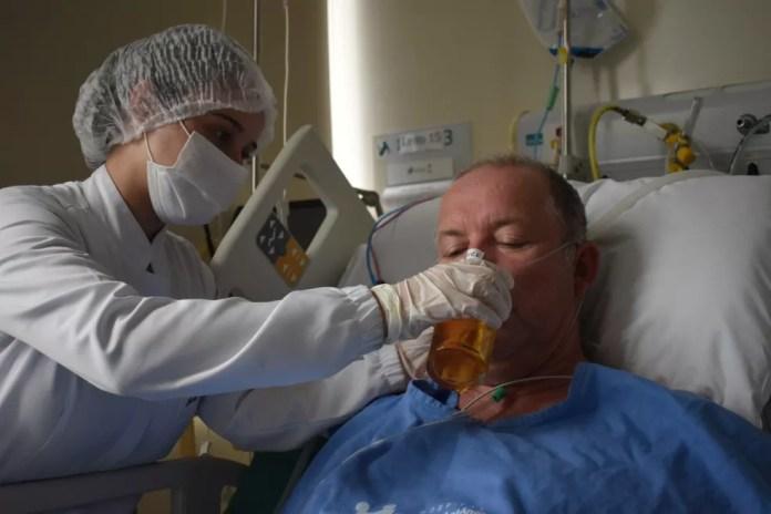 Paciente toma cerveja em hospital ao ganhar alta de UTI-Covid em Blumenau — Foto: Hospital Santo Antônio/ Divulgação