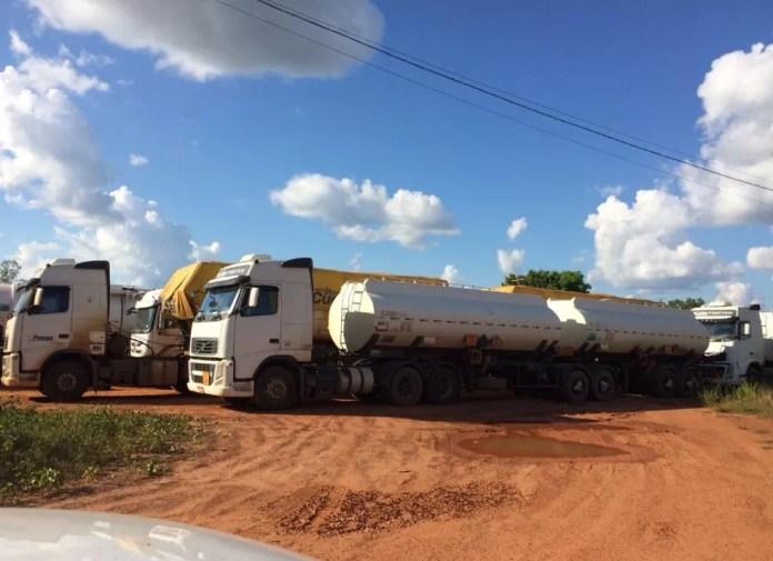 Carretas com combustíveis estão estacionadas em terreno na margem de rodovia (Foto: Guilherme Barbosa/Rede Amazônica Acre)