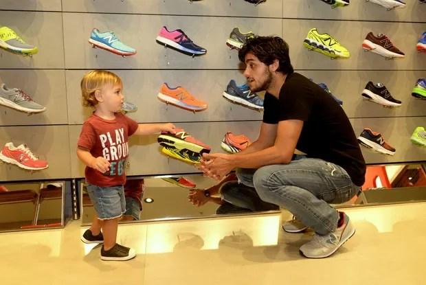 Felipe Simas com o filho (Foto: Leo Marinho / Divulgação)