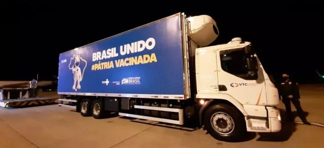 Caminhão que fará o transporte da vacina da Pfizer de Campinas (SP) até o centro de distribuição do governo federal em Guarulhos (SP) — Foto: Vanderlei Duarte/EPTV