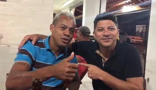 Marcelinho Paraíba gravou um vídeo ao lado do novo presidente da Perilima em um ambiente que parece ser um bar  (Foto: Reprodução)