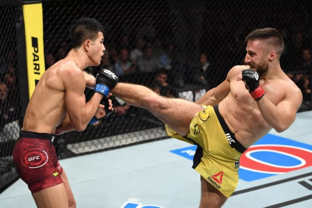 Daniel Teymur acerta um chute em Sung Bin Jo no UFC Estocolmo — Foto: Getty Images