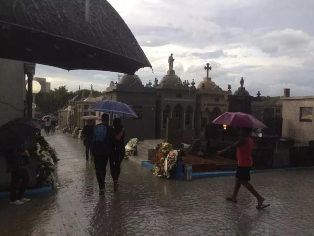 Chove no Cemitério São Sebastião, em Suzano, onde são enterrados os corpos das vítimas do massacre na Escola Estadual Professor Raul Brasil. — Foto: Glauco Araújo/G1 SP