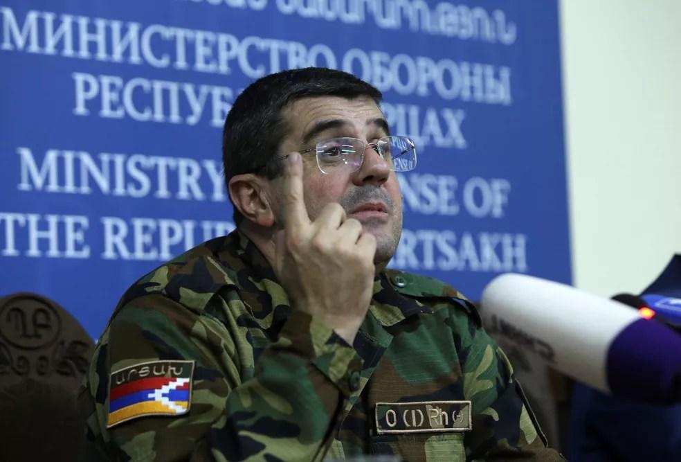Arayik Harutyunya, líder de Nagorno-Karabakh, durante coletiva de imprensa neste domingo (27) — Foto: Hayk Baghdasaryan/Photolure via Reuters