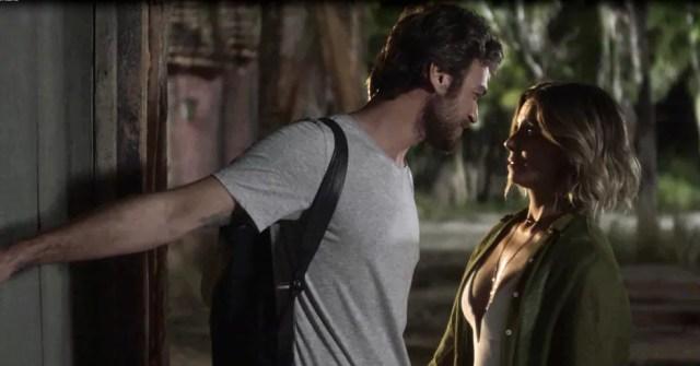 Beto leva Luzia até a casinha e os dois passam a noite juntos (Foto: TV Globo)
