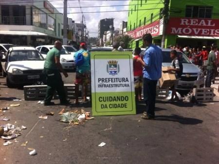 População usa lixo e tampas de bueiros para bloquear ruas do centro de Maceió (Foto: Fabiana De Mutiis/G1)