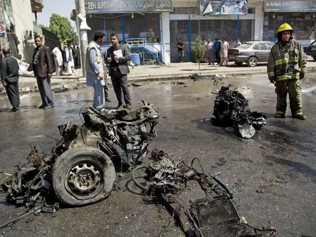 Explosão destruiu véiculos de comboio militar em Cabul. (Foto: Anja Niedringhaus / AP Photo)