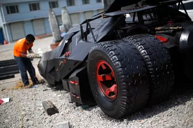 Empresário Li Weilei constrói réplicas de carros famosos para vender ou alugar (Foto: Carlos Barria/Reuters)