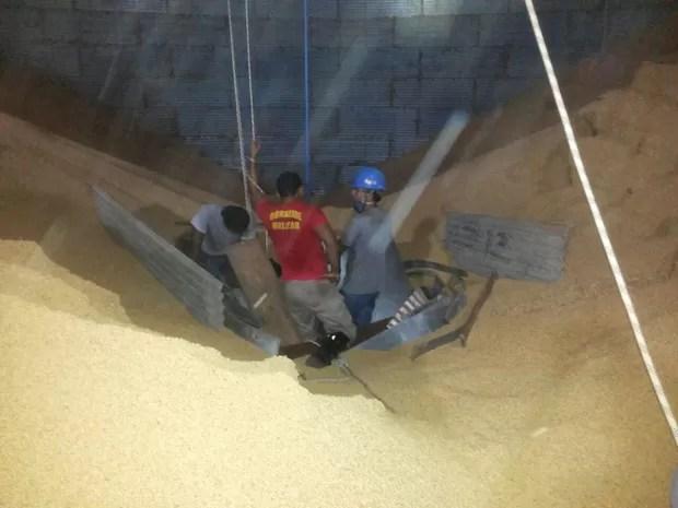 Telhas e pedaços de metal foram usados para impedir que vítima fosse soterrada (Foto: Bombeiros/Divulgação)