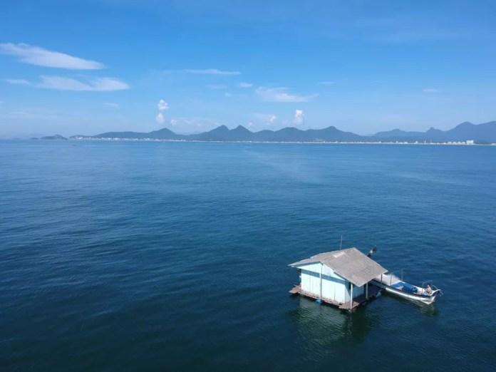 Casa é flagrada à deriva em Matinhos, no litoral do Paraná — Foto: Almir Alves/Secretaria de Turismo de Matinhos