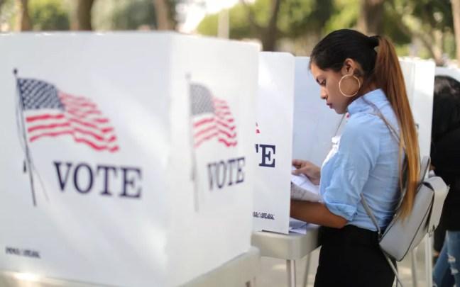 Desteny Martinez, de 18 anos, vota antecipadamente em Norwalk, Califórnia, no dia 24 de outubro — Foto: Reuters/Lucy Nicholson