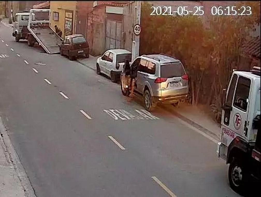 Homem que contratou reboques aparece em carro de luxo — Foto: Reprodução/Internet