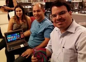 Washington Alves e sua namorada (à esq.) e Pedro Borges foram comprar o sistema da Microsoft na virada de quinta para sexta (Foto: Laura Brentano/G1)