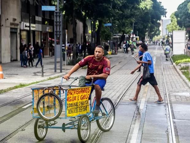 Entregador em bicicleta não respeita passagem do trem do VLT durante testes  (Foto: Rodrigo Gorosito/G1)