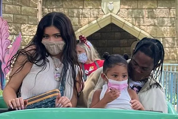 Kylie Jenner and Travis Scott with their daughter Stormi on a tour of Disneyland (Photo: Reproduction/Instagram)