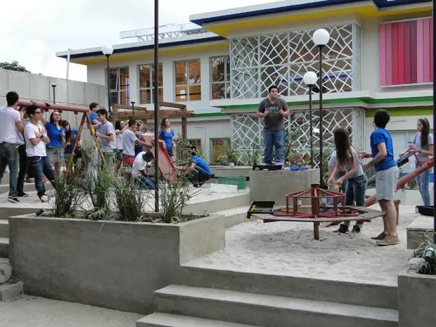 Mocotó coloca a turma pra ralar na praça (Foto: Malhação / TV Globo)