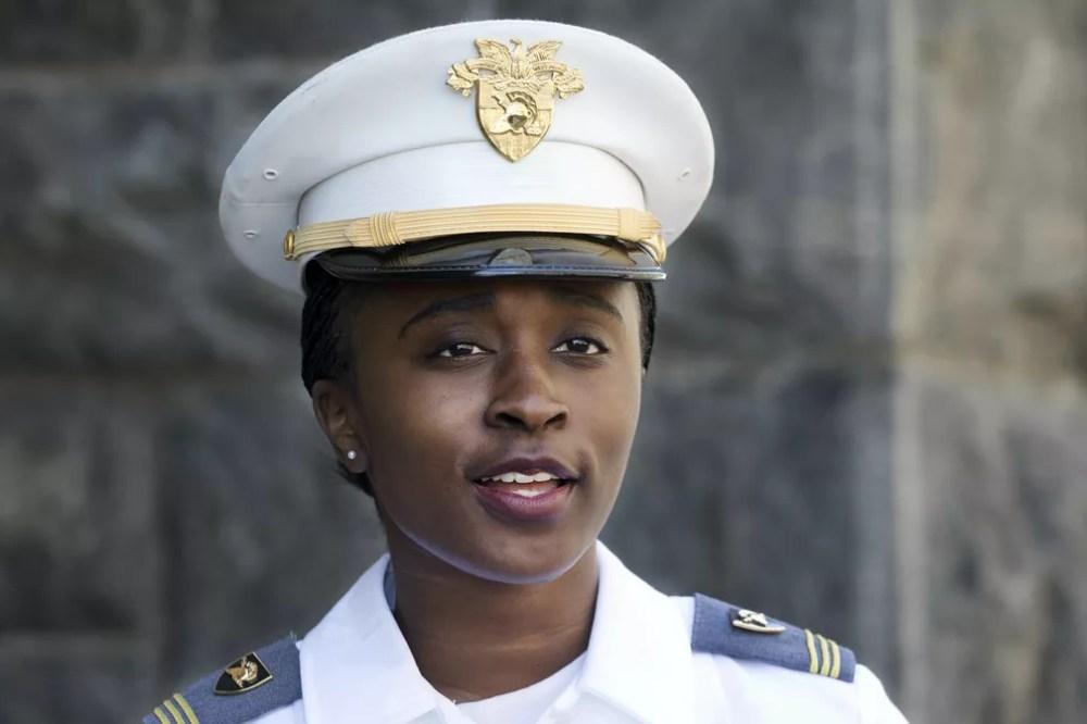 A formanda Stephanie Riley vai para o Corpo de Sinais do exército americano. — Foto: Mark Lennihan/AP