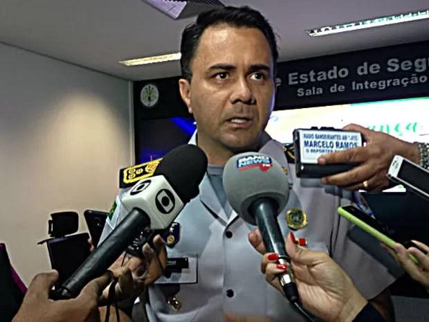 O comandante da Polícia Militar, Florisvaldo Cezar, durante entrevista (Foto: Marianna Holanda/G1)