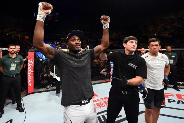 Derek Brunson comemora a vitória por nocaute sobre Lyoto Machida no UFC São Paulo (Foto: Getty Images)