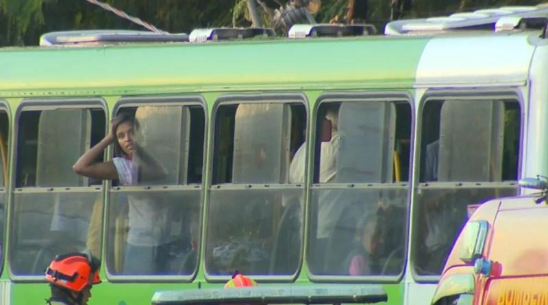 Passageiros ficaram presos após colisão de ônibus em Ribeirão Preto, SP — Foto: Reprodução/EPTV