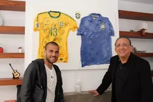 Galvão Bueno e Daniel Alves (Foto: Sidney Garambone)