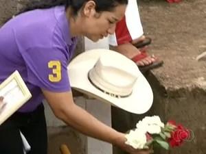 Mãe de Loanne faz última homenagem à filha durante enterro, em Pirenópolis, Goiás (Foto: Reprodução/TV Anhanguera)