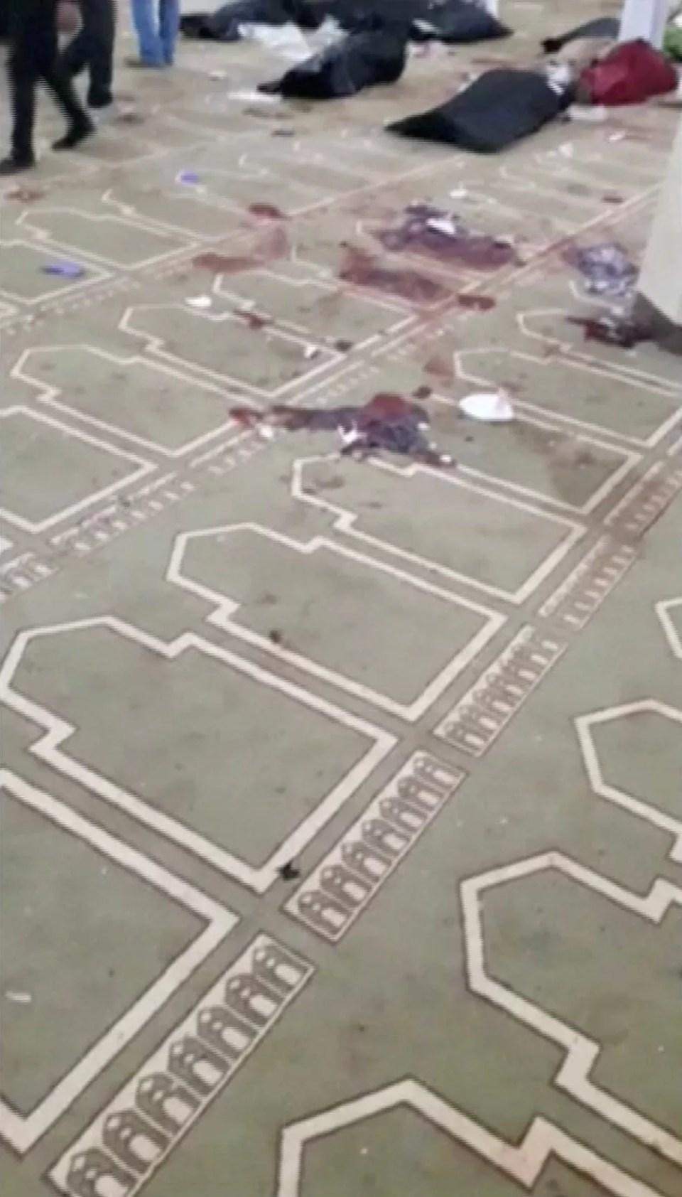 Manchas de sangue no chão da mesquita atacada no Egito (Foto: Reuters)