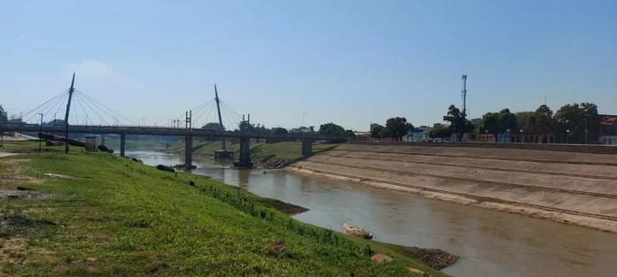 Sem chuvas há 26 dias, nível do Rio Acre está a pouco mais de meio metro de atingir cota histórica de seca  — Foto: Murilo Lima/Rede Amazônica Acre