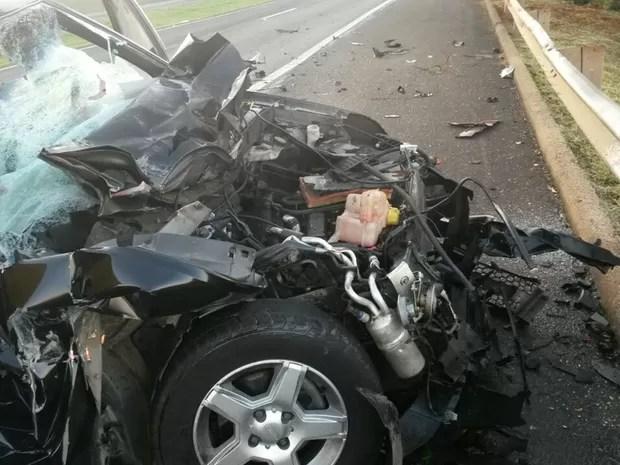 Carro ficou destruído com a batida (Foto: Divulgação/Polícia Rodoviária)