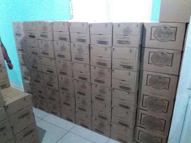 Bebidas foram apreendidas em um local que funcionava como fábrica de falsificação dos produtos, em Flores (Foto: Divulgação/Polícia Militar)