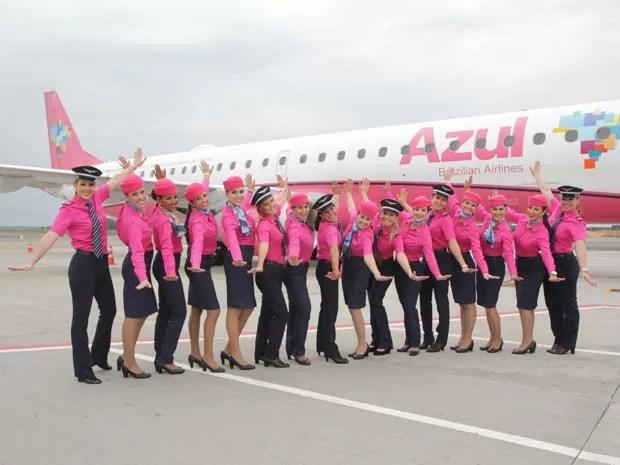 Em apoio ao Outubro Rosa, companhia aérea Azul troca cor de uniformes das comissárias (Foto: Divulgação)