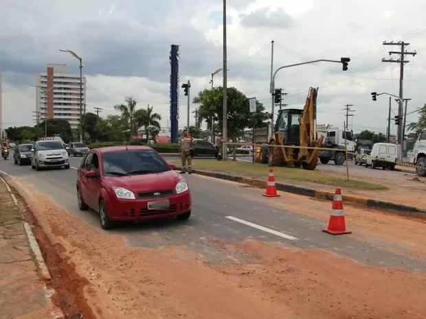 Trânsito no sentido bairro/Centro flui em apenas uma faixa (Foto: Rickardo Marques/G1 AM)