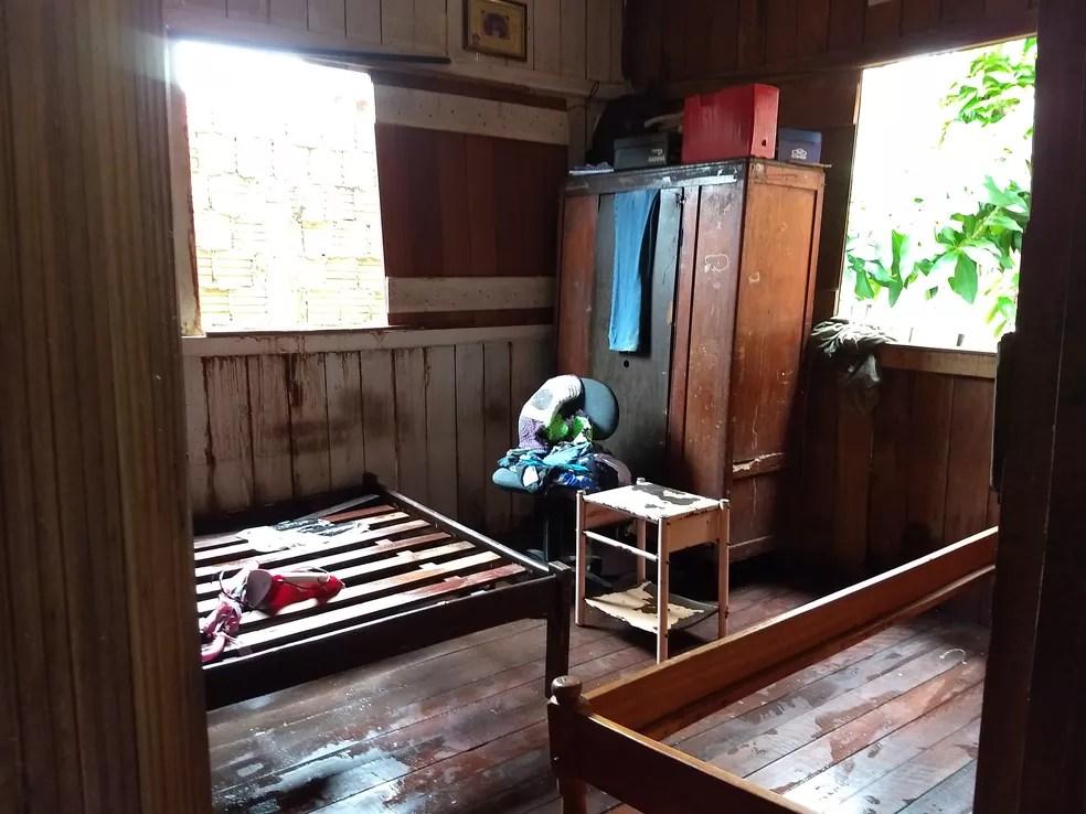 Água invadiu quartos e molhou camas, guarda-roupa, entre outros móveis (Foto: Aline Nascimento/G1)