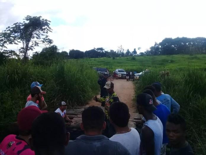 Policiais negociam liberação de via que dá acesso à Vila Mocotó, no interior do Pará. — Foto: Reprodução / TV Liberal