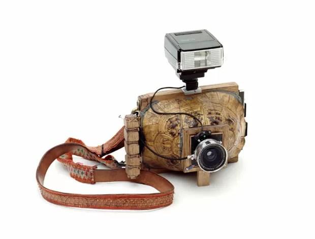 Artistas criaram câmera fotográfica usando casco de tartaruga para obra de arte (Foto: Divulgação/tonk.ch)
