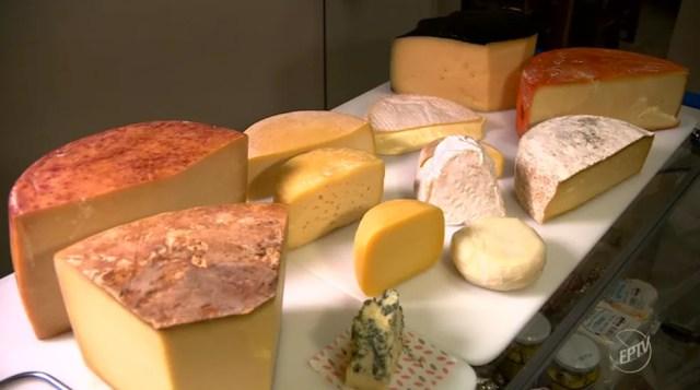 O uso do mix de bactérias do bem pode prolongar a vida útil do queijo produzido de forma artesanal  (Foto: Vanderlei Duarte / Reprodução EPTV)